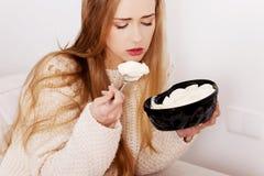 Frau, die Eiscreme isst Lizenzfreies Stockbild