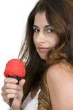 Frau, die Eiscreme isst Lizenzfreie Stockfotografie