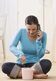 Frau, die Eiscreme spricht und isst Lizenzfreies Stockbild