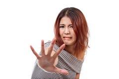 Frau, die ekelhaftes Gefühl zeigt und Halt, Ausschuss, refus zeigt lizenzfreies stockfoto