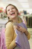 Frau, die ekstatisch für Kleidung kauft lizenzfreies stockfoto
