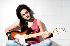 Frau, die elektrische Gitarre spielt Stockfotos