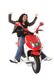 Frau, die elektrischen Roller ohne Sturzhelm reitet Stockbild