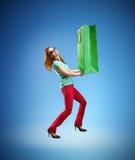 Frau, die enorme Einkaufstasche hält Stockfoto