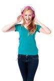 Frau, die entlang zu ihrer Musik singt Stockfoto