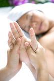 Frau, die entspannende Handmassage empfängt Stockbild