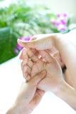 Frau, die entspannende Handmassage empfängt Lizenzfreies Stockfoto