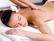 Frau, die entspannende Massage im Badekurortsalon hat Stockfotos