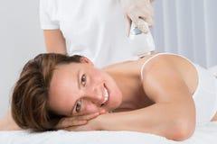 Frau, die Epilation Laser-Behandlung erhält Stockfotos