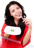 Frau, die Erbsen isst lizenzfreie stockbilder