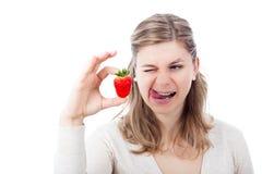 Frau, die Erdbeere genießt Lizenzfreie Stockfotografie
