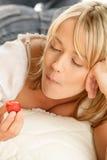 Frau, die Erdbeere mit Sahne isst Lizenzfreies Stockfoto