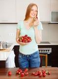 Frau, die Erdbeeren isst Lizenzfreies Stockfoto