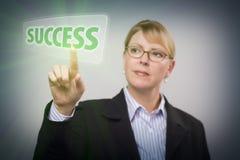 Frau, die Erfolg auf interaktivem Touch Screen drückt Lizenzfreie Stockfotografie
