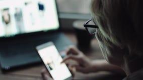 Frau, die etwas auf dem Smartphoneschirm aufpasst stock video