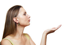 Frau, die etwas auf der Palme ihrer Hand zeigt Stockbild