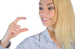 Frau, die etwas in den Fingern hält Stockbilder