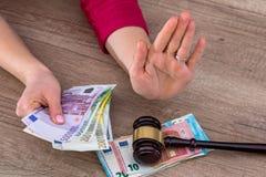 Frau, die 100-Euro - Scheine hält Stockbild