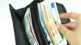 Frau, die Eurobanknoten nimmt stock video footage