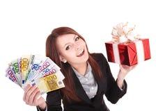 Frau, die Eurogeld und Geschenkkasten anhält. stockbild
