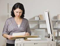 Frau, die Exemplare erstellt Stockfoto