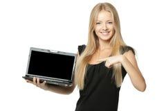 Frau, die Exemplarplatz am Laptopbildschirm zeigt stockbilder