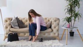 Frau, die Füße massiert, nachdem Schuhe des hohen Absatzes getragen worden sind stock video