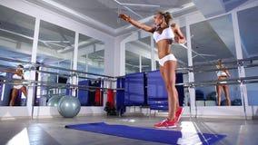 Frau, die für das Trainieren in einer Turnhalle aufwärmt stock video footage