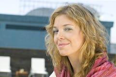 Frau, die für die Kamera aufwirft Lizenzfreie Stockbilder