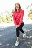 Frau, die für einen Lauf aufwärmt Lizenzfreies Stockfoto