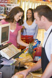Frau, die für Lebensmittelgeschäfte zahlt Stockfoto