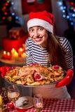 Frau, die für Weihnachtsessen sich vorbereitet Stockbilder