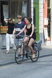 Frau, die Fahrrad fährt Stockfoto