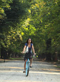 Frau, die Fahrrad fährt Lizenzfreies Stockfoto
