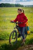 Frau, die Fahrrad fährt lizenzfreie stockfotografie