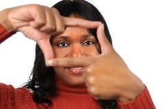 Frau, die Feld mit den Fingern erstellt lizenzfreie stockfotografie