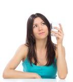 Frau, die fertig wird, Glas Trinkwasser zu trinken Stockbild