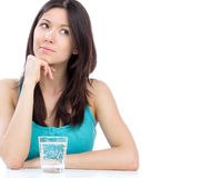 Frau, die fertig wird, Glas Wasser zu trinken Stockfoto