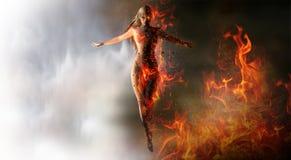 Frau, die Feuer zusammenruft Stockbilder