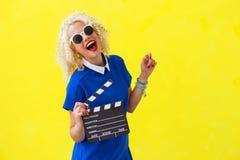 Frau, die Filmregisseurszenenkarte hält stockfotografie