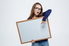 Frau, die Finger auf leerem Brett zeigt Lizenzfreie Stockfotografie