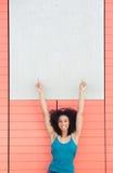 Frau, die Finger auf leeres Plakat zeigt Lizenzfreie Stockfotos