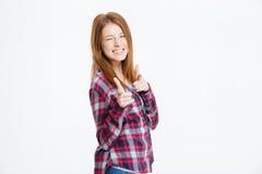 Frau, die Finger an der Kamera und am Blinzeln zeigt Lizenzfreie Stockfotos