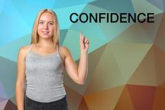 Frau, die Finger 'Vertrauens' Aufschrift zeigt Lizenzfreie Stockbilder