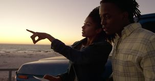 Frau, die Finger zeigt und etwas zeigt, auf Strand 4k zu bemannen stock video