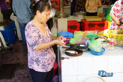 Frau, die Fische in Saigon vorbereitet Stockfotografie