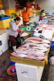 Frau, die Fische in Saigon vorbereitet Lizenzfreie Stockfotos