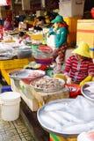 Frau, die Fische in Saigon vorbereitet Lizenzfreie Stockfotografie