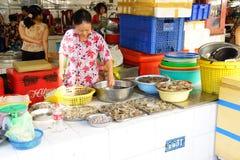 Frau, die Fische in Saigon vorbereitet Stockbilder