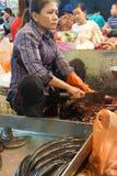 Frau, die Fische vorbereitet Lizenzfreie Stockfotografie